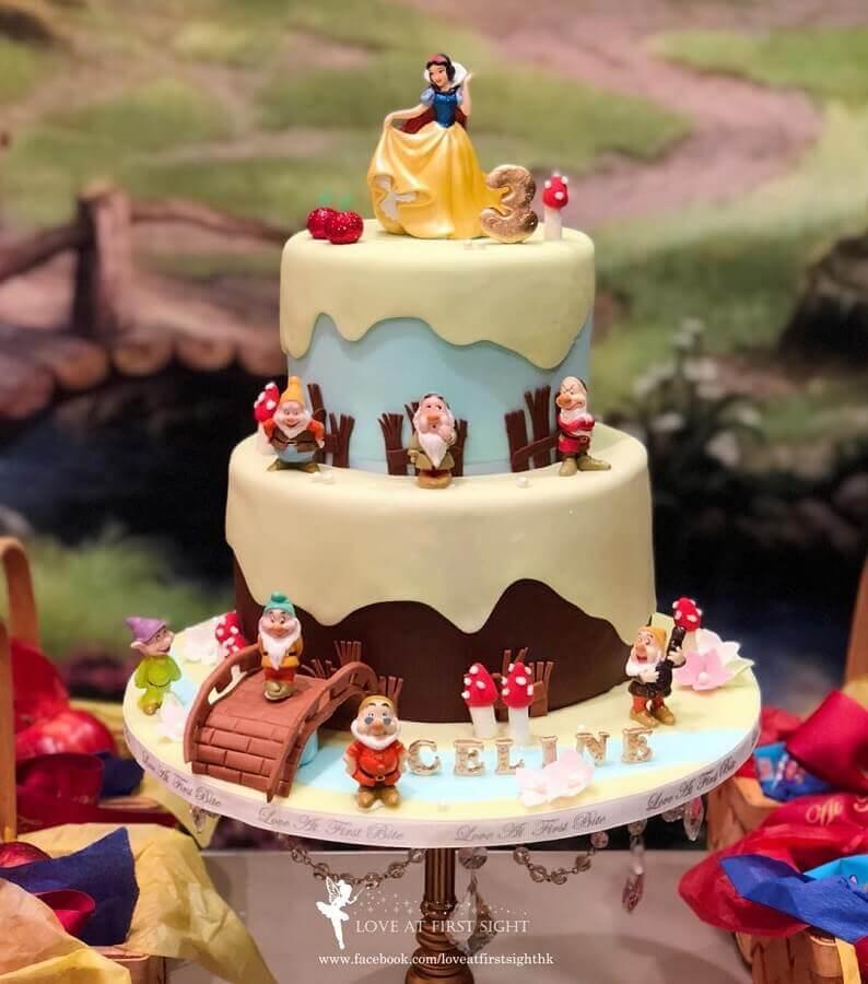 lindo bolo decorado para festa branca de neve Foto Love at First Sight
