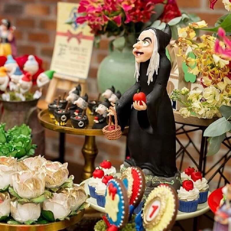 mesa da festa da branca de neve decorada com bruxa Foto Bicuit e Arte da Cidy