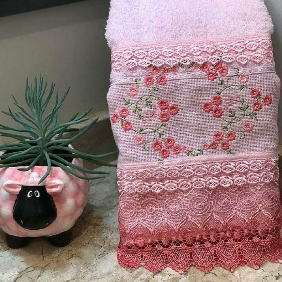 modelo de toalhas bordadas com detalhe em crochê Foto VAQS Artesanatos