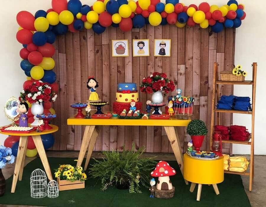 painel de madeira e arranjo de balões para decoração de festa branca de neve simples Foto Andressa Dornelas