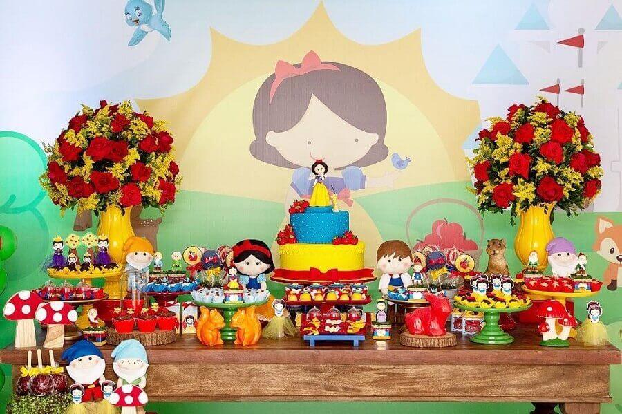 painel para festa infantil branca de neve com arranjo de flores vermelhas Foto Contos e Fábulas Festas