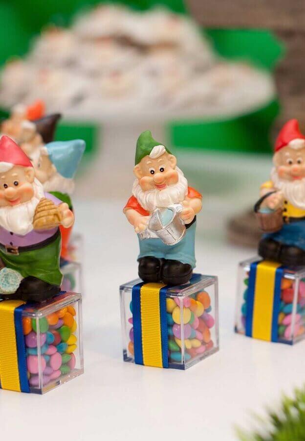 potinhos de balas personalizados com sete anões para lembrancinhas de festa da branca de neve Foto Pinosy