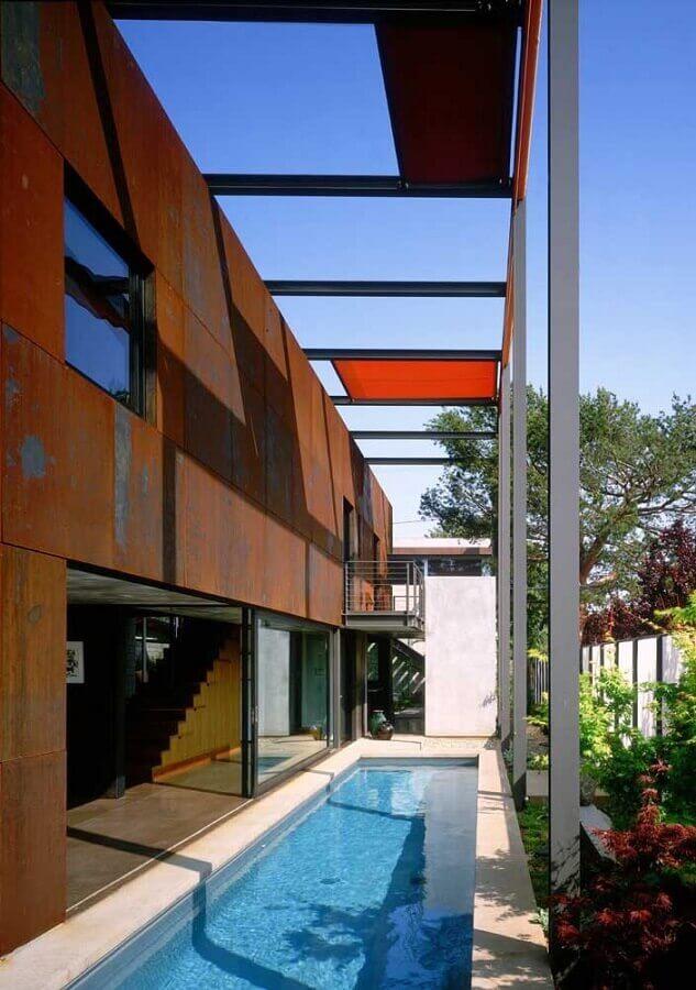revestimento aço corten para área de piscina  Foto Design Builders
