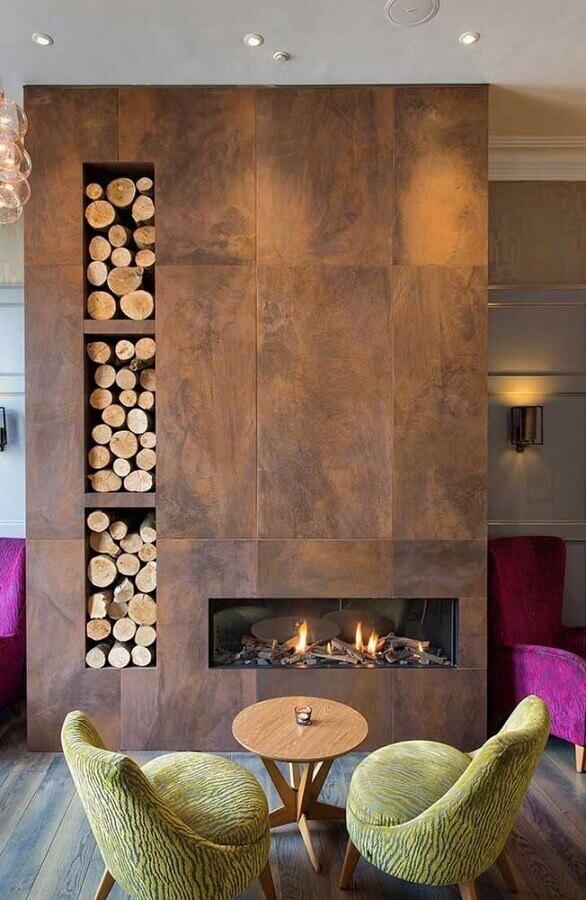 sala com lareira feita com revestimento aço corten  Foto Wood Save