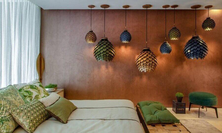 tinta aço corten para quarto decorado com várias luminárias de tamanhos diferntes Foto Pinosy