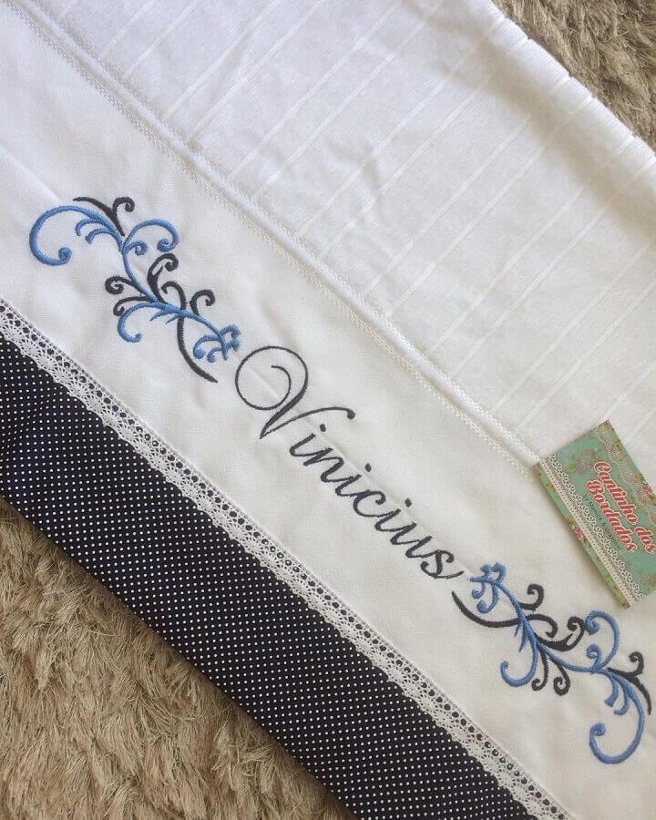 toalha bordada com nome masculina Foto Cantinho dos Bordados