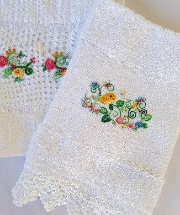 toalha de banho bordada com desenho delicado Foto Petit Pique Atelier