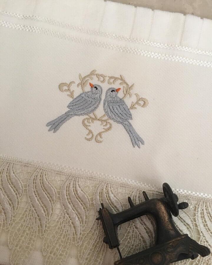 toalha de rosto bordada com desenho de passarinho Foto Arteira de Limeira