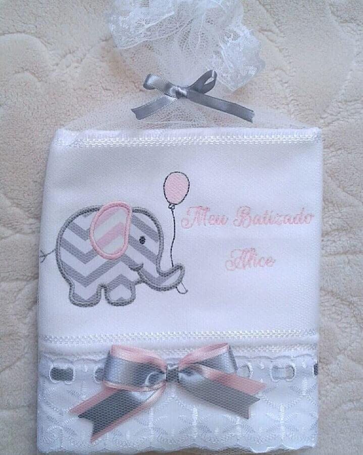 toalha de rosto bordada com elefantinho para lembrancinha de batizado Foto Mondo Giallo
