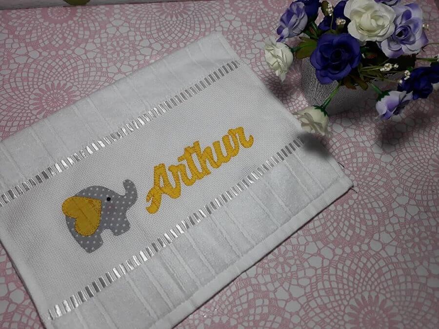toalha bordada com nome e estampa infantil Foto Ateliê Mundo Encantado