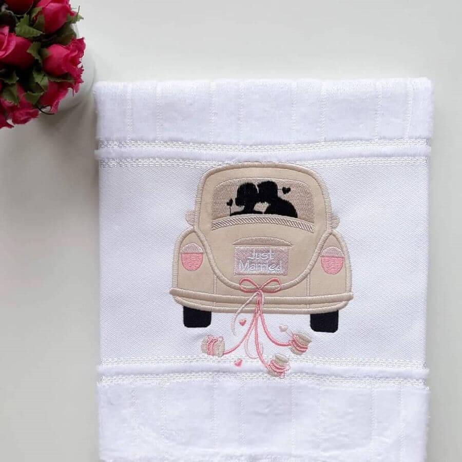 toalhas bordadas com desenho de carro Foto Ateliê Casa da Alice