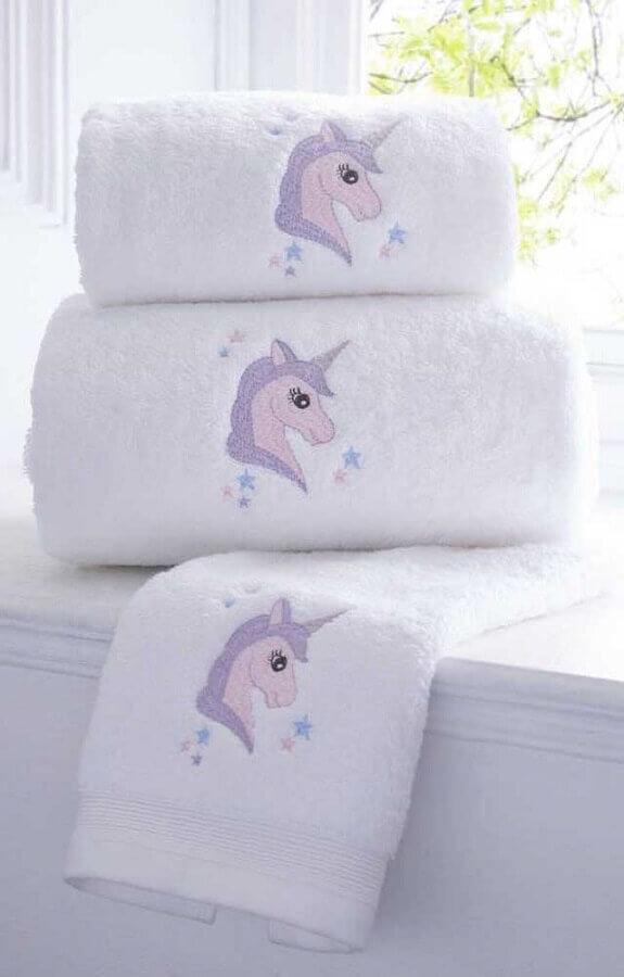 toalhas bordadas com desenho de unicórnio Foto Zozu