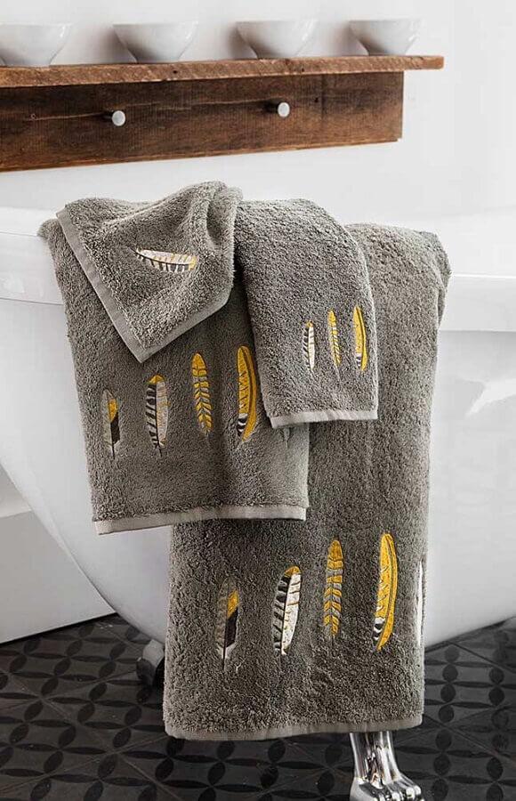 toalhas bordadas com desenhos de penas Foto Pinterest
