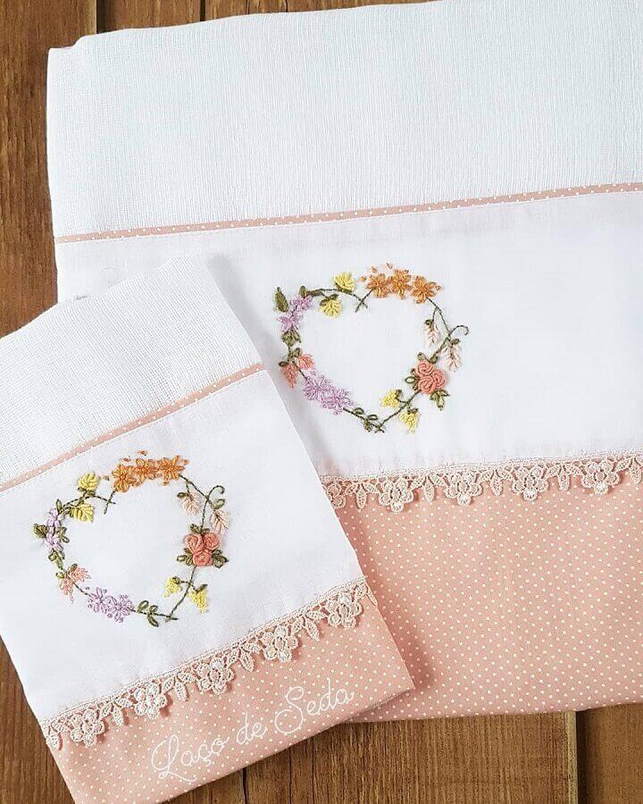 toalhas bordadas delicadas Foto Laço de Seda Ateliê