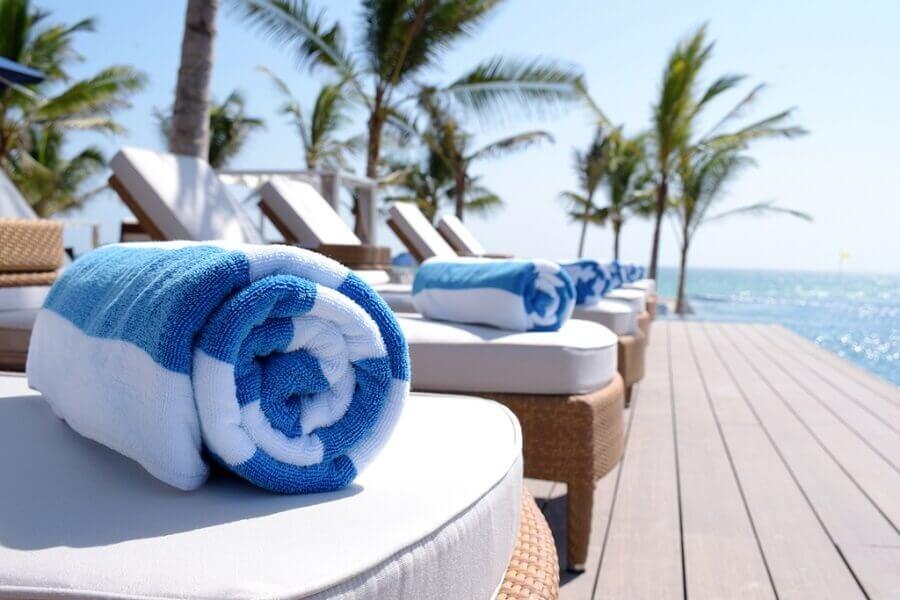 toalhas de banho listradas branco e azul