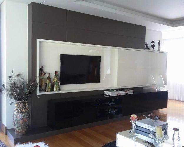 Painel de TV com um design diferente e moderno. Projeto de Larissa Minatti