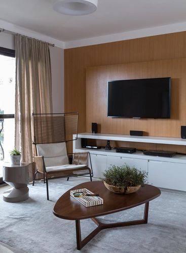 Você pode usar o mesmo material do painel para sala para revestir a parede, fica bem moderno. Projeto de Ana Yoshida