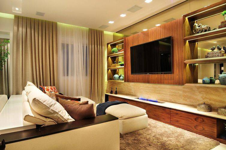 Painel para sala de madeira rústica combinando com o rack Projeto de Quitete Faria
