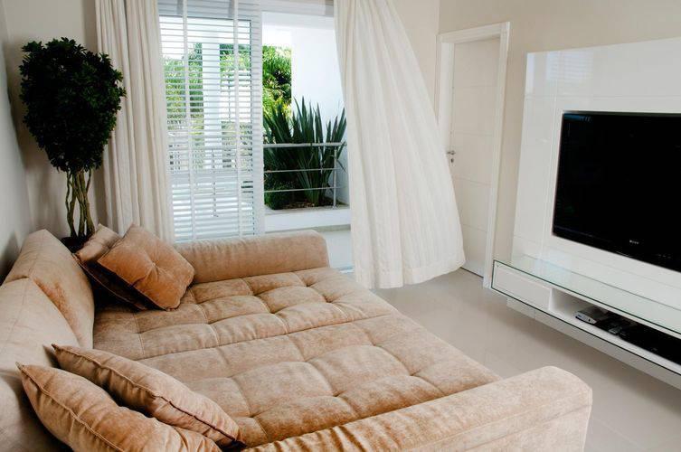 Uma sala de estar clean merece um painel para TV discreto. Projeto de Juliana Pippi