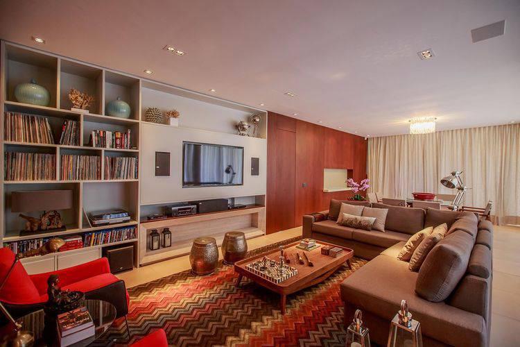 Marcenaria planejada com painel para TV e home theater deixou a sala linda. Projeto de WT Studio
