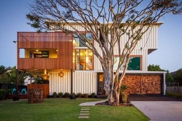 Casa ampla com jardim frontal