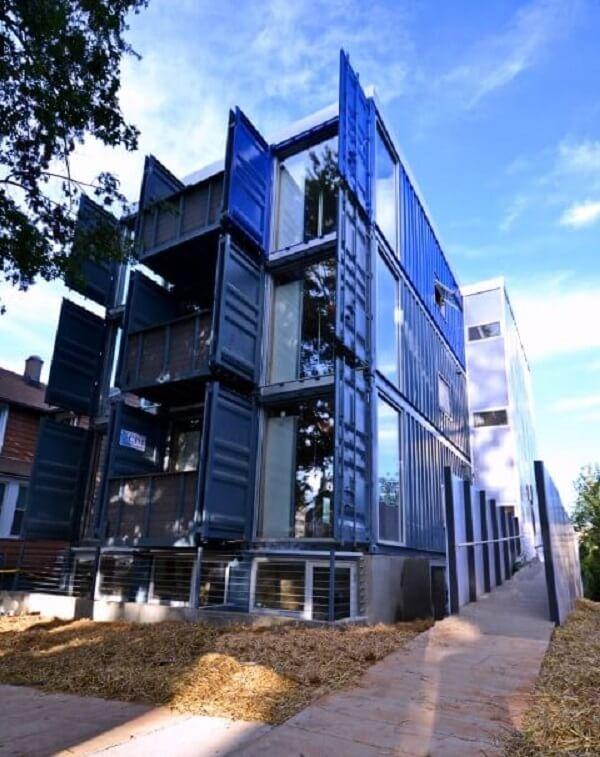 É possível fazer construções de vários andares com containers