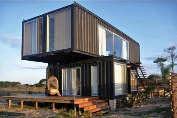 Casa container escura com detalhes em madeira