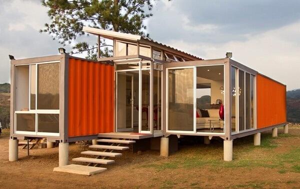 Casa container com paredes de vidro
