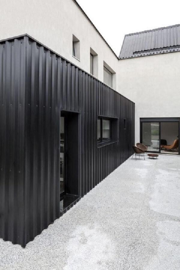 Casa container preta com parte de alvenaria