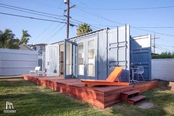 Deck de madeira com casa container