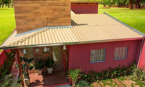 A telha de PVC é um dos tipos de telhas mais leves e resistentes e pode ser encontrada inclusive imitando a de cerâmica