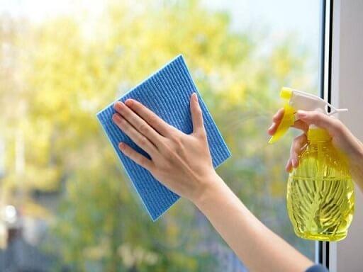 Como limpar vidros com álcool, vinagre e detergente