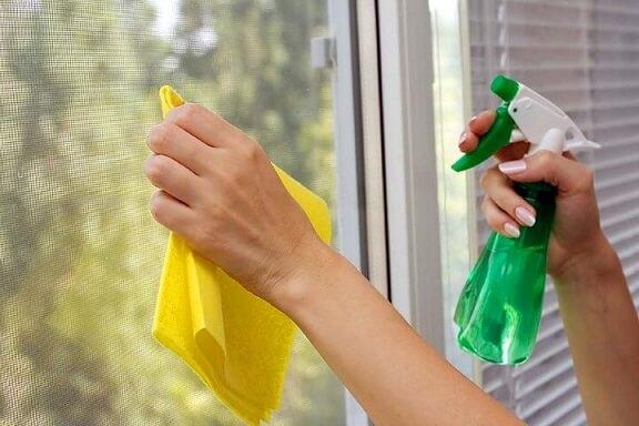 Como limpar vidros com amônia, álcool e detergente