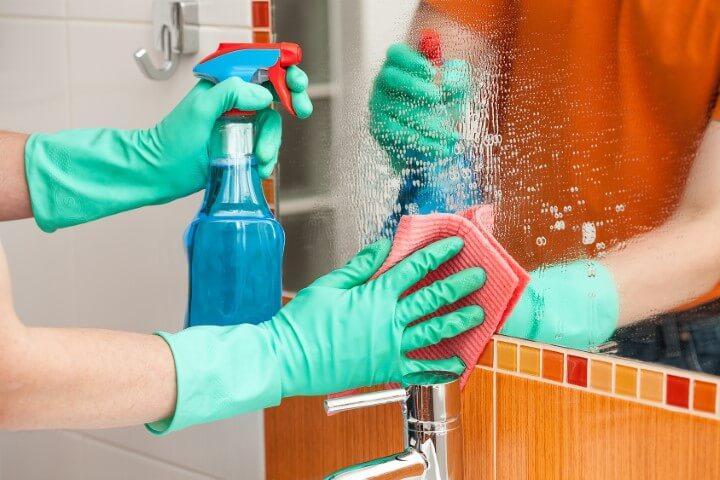 Como limpar vidros de espelho com borrifador e pano