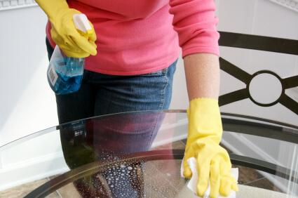 Como limpar vidros de mesa com borrifador