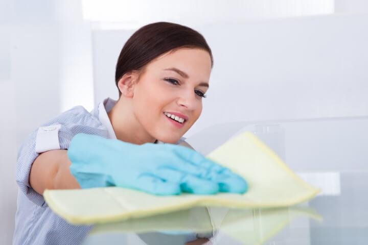Como limpar vidros de mesa embaçados