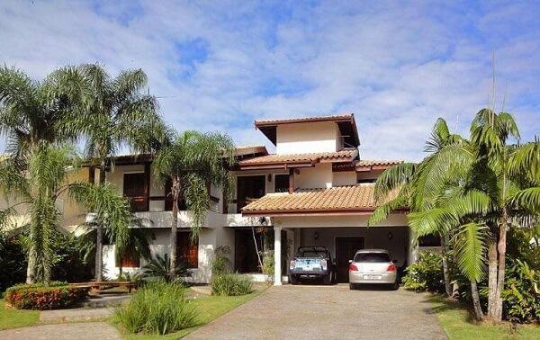 Fachada de casa com garagem ampla e tipos de telhas de cerâmica