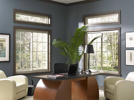 Grades para janelas brancas em sala