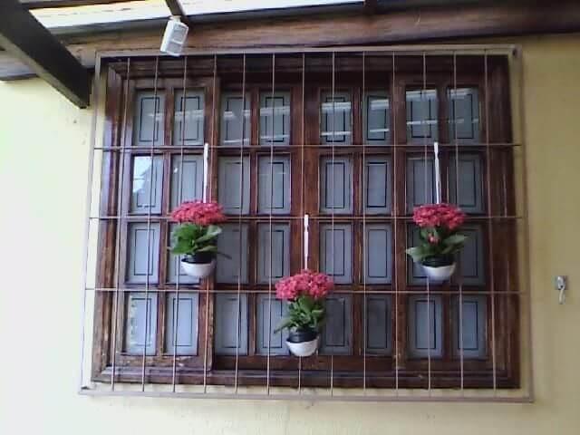 Grades para janelas com cachepôs Projeto de Elaine Mattos Motta