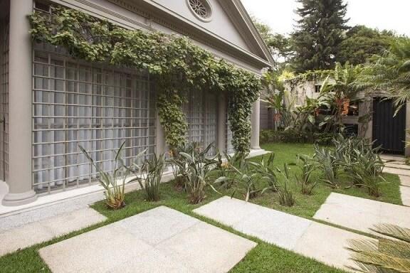 Jardim com grades para janelas Projeto de Deborah Basso