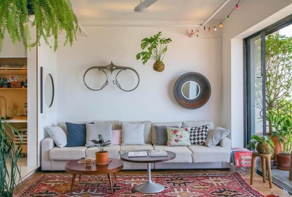 Kokedama suspenso decora o ambiente da sala de estar