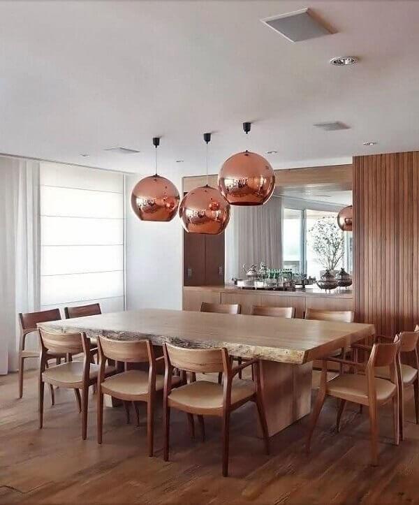 os lustres espelhados na cor cobre se destacam na decoração do ambiente
