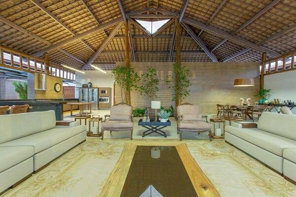 Outro ângulo da sala de estar de casa de campo com telhas de cerâmica