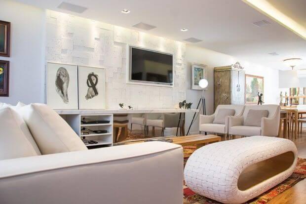 Painel para sala branca em sala de tons claros Projeto de Magen Cimentícios