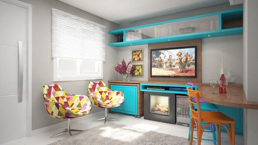 Painel para sala com bancada de madeira com detalhes azuis Projeto de Deise Soares