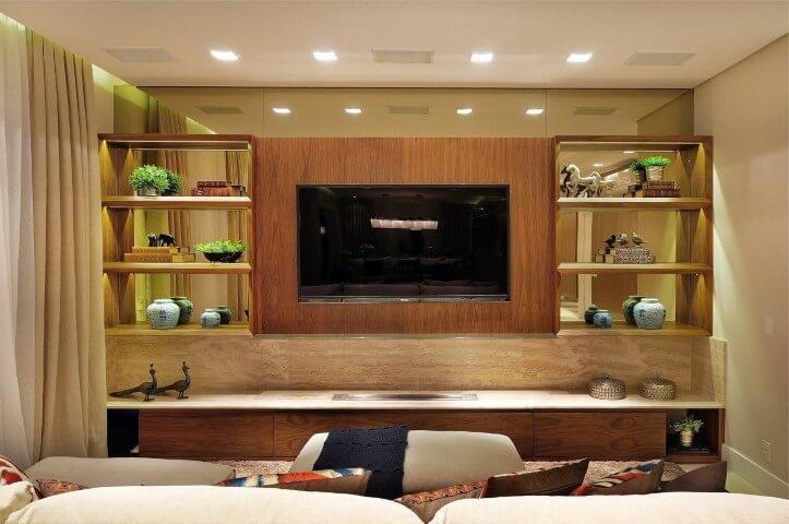 Painel para sala de madeira em sala clara Projeto de Quitete Faria