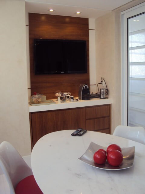 Painel para sala de madeira estreito em sala de jantar Projeto de Denise Barbuy Paes de Almeida