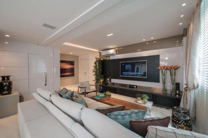 Painel para sala preto com branco em sala de TV ampla Projeto de Actual Design