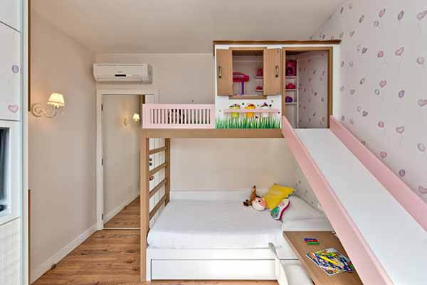Quarto infantil planejado com casinha e escorregador