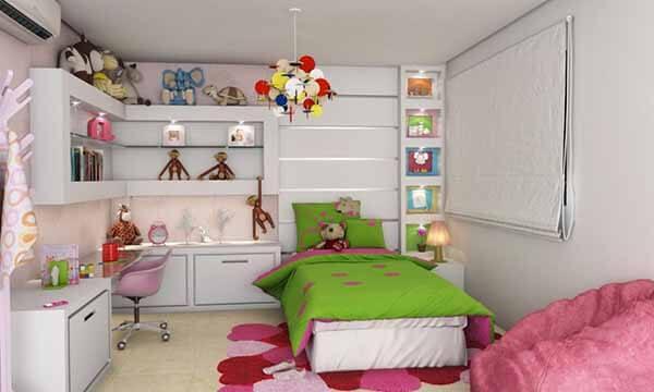 Quarto infantil planejado com móveis brancos e acessórios coloridos